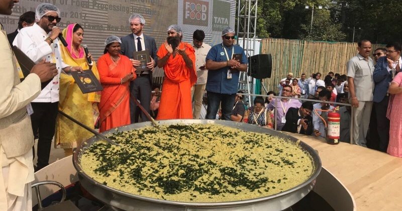 India Tries To Set A New Guinness World Record By Cooking 800 Kgs Of Khichdi!